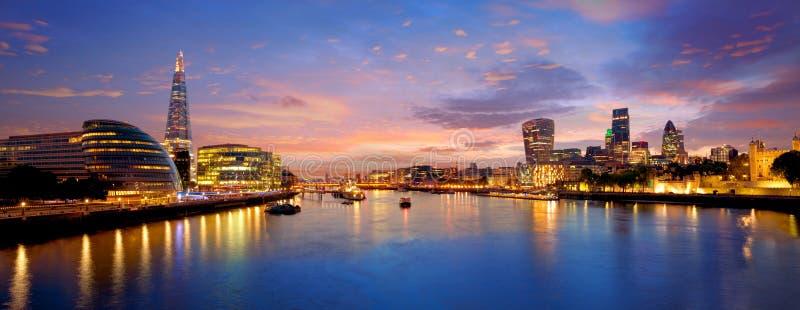 Câmara municipal do por do sol da skyline de Londres e financeiro fotografia de stock royalty free