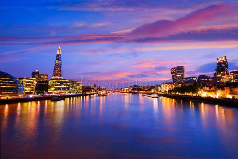 Câmara municipal do por do sol da skyline de Londres e financeiro fotografia de stock
