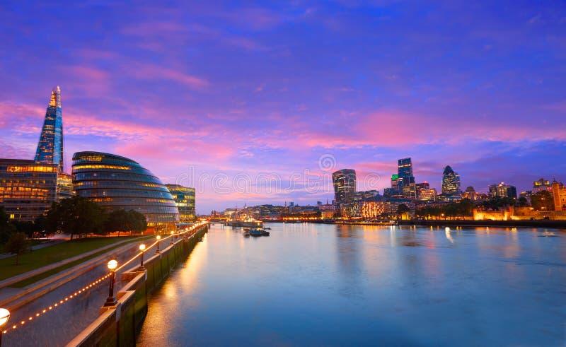 Câmara municipal do por do sol da skyline de Londres e financeiro fotos de stock