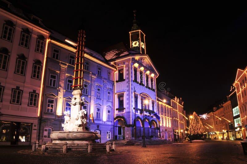 Câmara municipal dos Ljubljanas e Robba, fonte, decorada pelo Natal e anos novos dos feriados, Ljubljana, Eslovênia imagem de stock royalty free