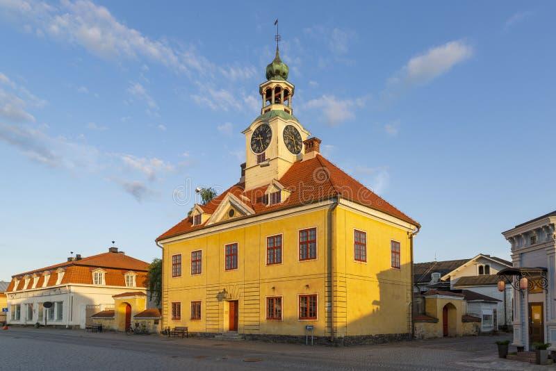 Câmara municipal e casas bem conservados no centro de cidade de madeira da cidade de Rauma, Finlandia fotos de stock royalty free
