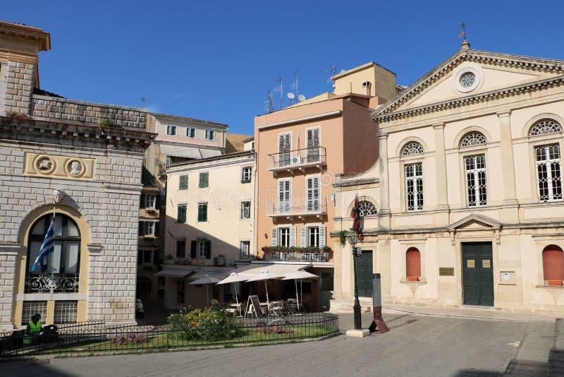 Câmara municipal e catedral católica na cidade Grécia de Corfu foto de stock