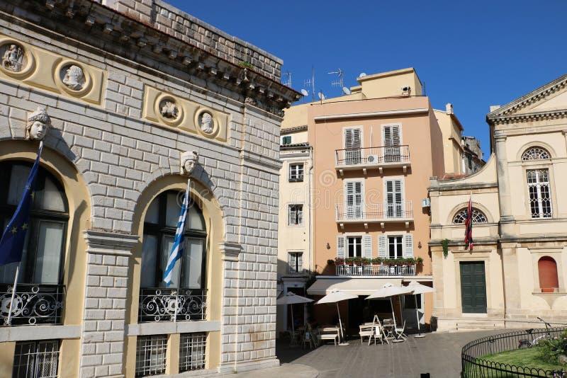 Câmara municipal e catedral católica na cidade Grécia de Corfu foto de stock royalty free