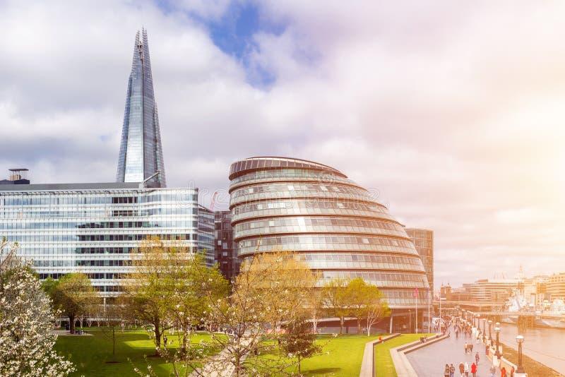 Câmara municipal e estilhaço do por do sol da skyline de Londres em Thames River, Londo imagem de stock