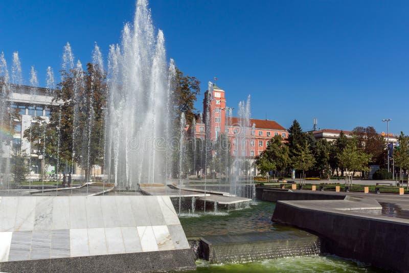 Câmara municipal e fonte no centro de Pleven, Bulgária imagens de stock royalty free