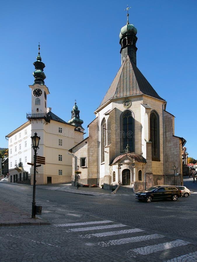 Câmara municipal e igreja em Banska Stiavnica fotos de stock royalty free