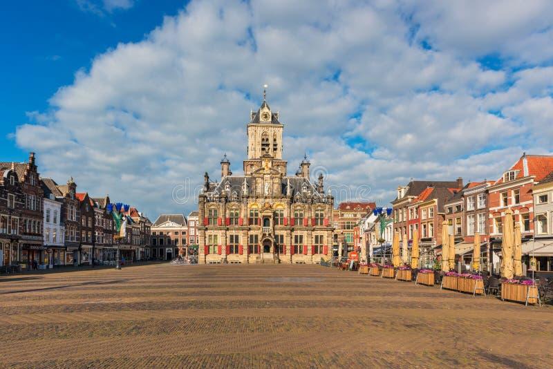 Câmara municipal e mercado na louça de Delft Países Baixos fotografia de stock