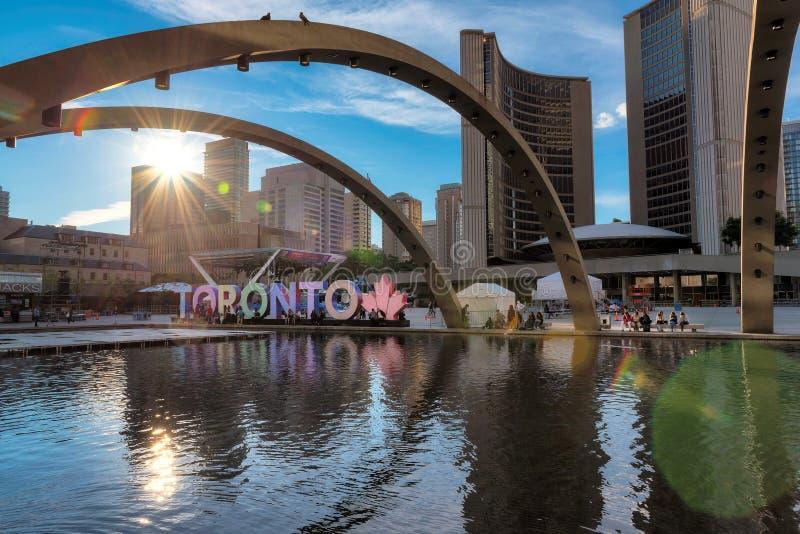 Câmara municipal e Nathan Phillips Square de Toronto no por do sol fotografia de stock