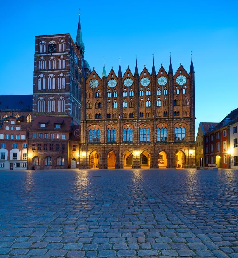 Câmara municipal e St velhos Nicolas Church na noite, Stralsund imagens de stock royalty free
