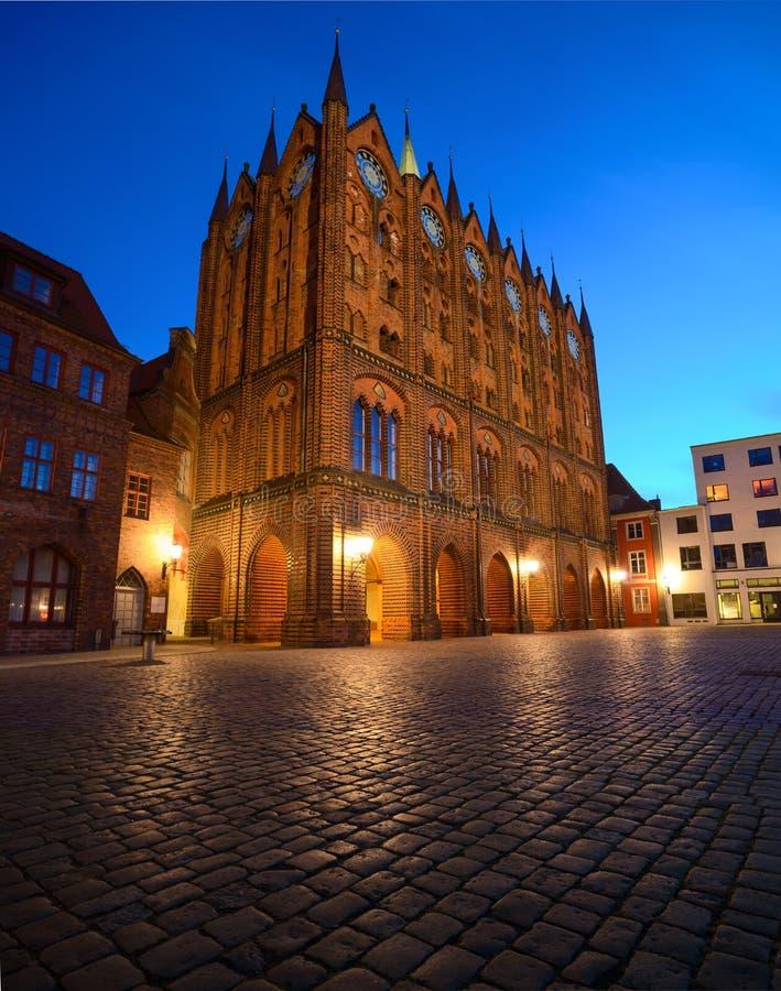 Câmara municipal e St velhos Nicolas Church na noite, Stralsund, fotografia de stock