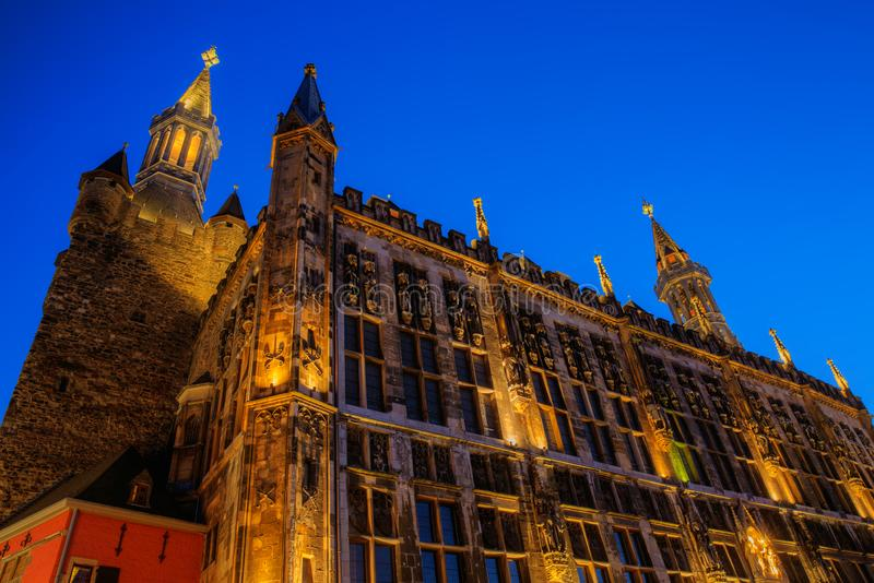 Câmara municipal e torre históricas de Granus em Aix-la-Chapelle, Alemanha, na noite foto de stock royalty free