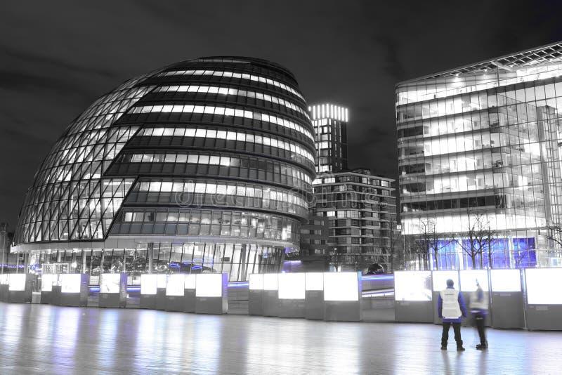 Câmara municipal em Londres na noite imagens de stock royalty free