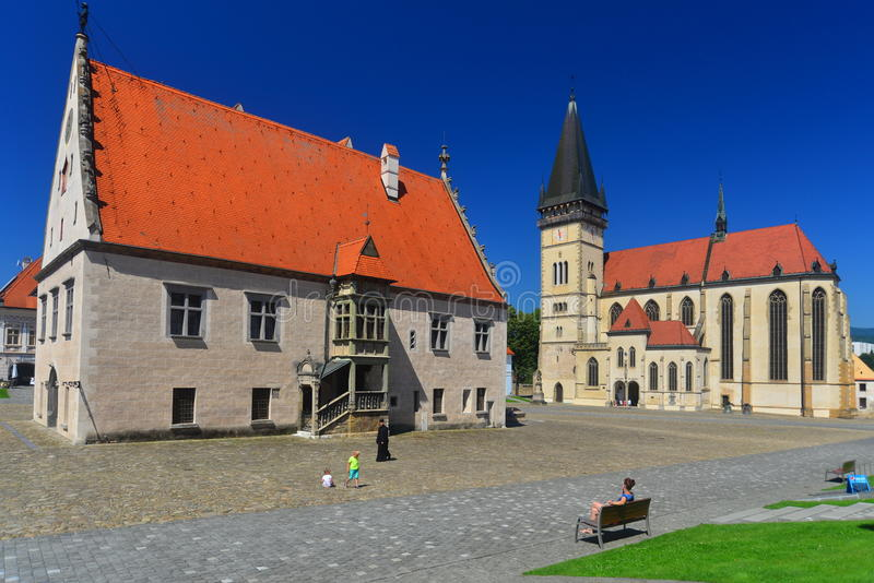 Câmara municipal gótico e uma igreja em Bardejov fotos de stock royalty free
