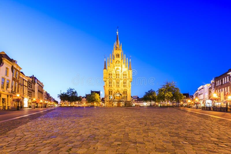 Câmara municipal gótico monumental no quadrado da cidade histórica Gou foto de stock