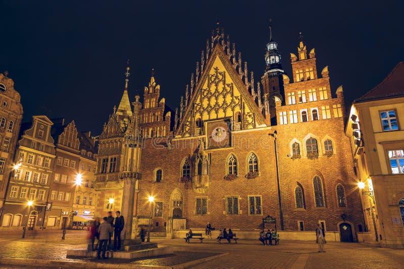 Câmara municipal velha em Wroclaw, opinião da noite fotos de stock