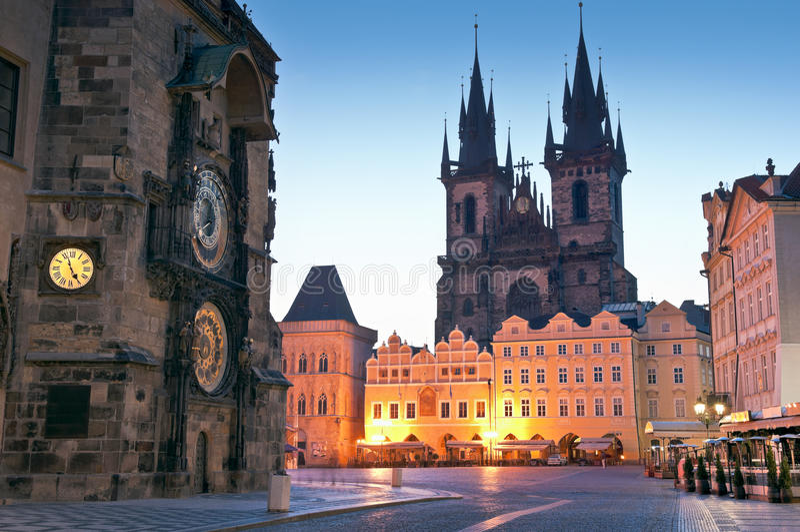 Câmara municipal velha, igreja de nossa senhora Tyn, Praga foto de stock