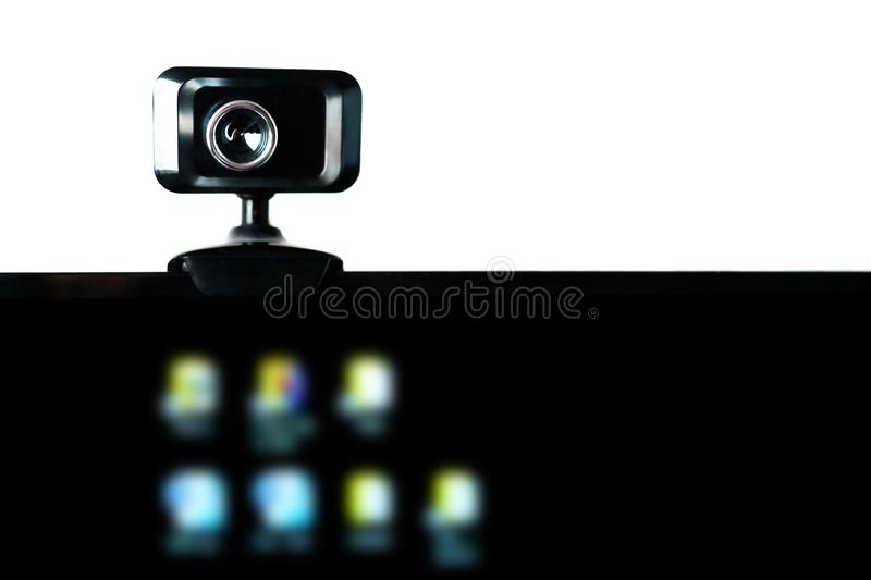 Câmara web de USB, câmera de Web, montada no monitor do computador com ícones borrados na tela preta Fluência video, Webinar, aud imagem de stock royalty free