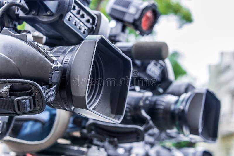 Câmaras de televisão profissionais nos tripés que gravam o evento social fotos de stock royalty free