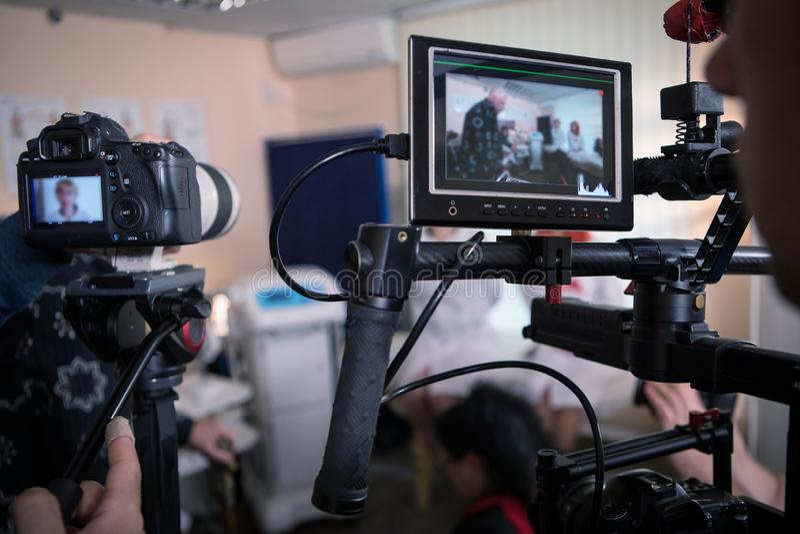 Câmaras de vídeo no grupo, cenas de bastidores do filme imagens de stock royalty free