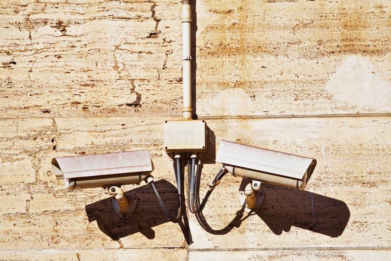 Câmaras de vigilância do CCTV em uma parede marrom de pedra. Tiro horizontal foto de stock
