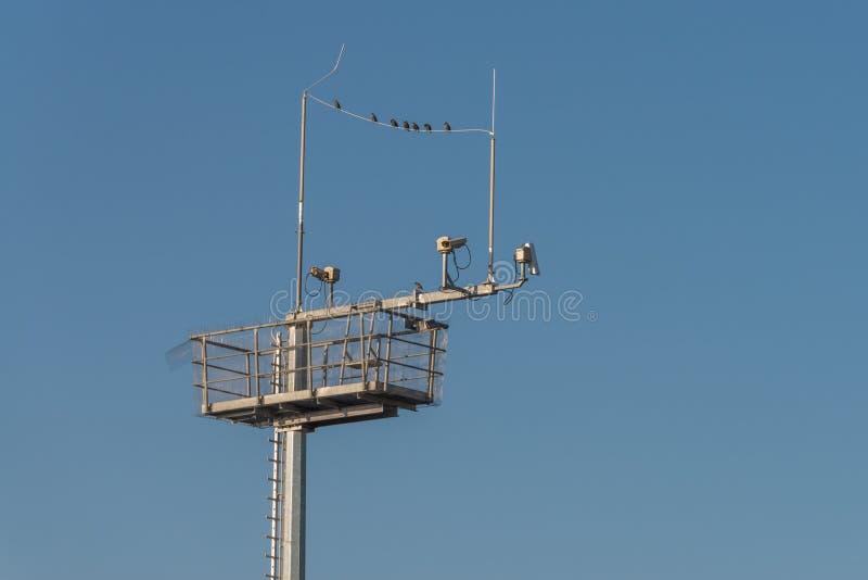Câmaras de vigilância e antenas em um polo de aço, Alemanha fotografia de stock