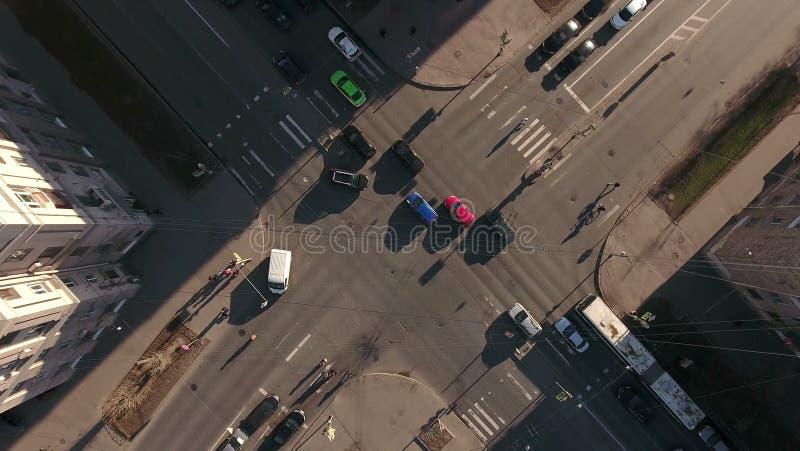 A câmera acima das estradas transversaas na cidade, carros conduz através da peça solar da estrada, vista aérea St Petersburg, Rú imagens de stock royalty free