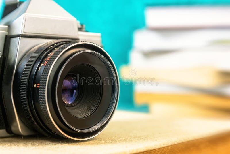 Câmera análoga velha no livro fotografia de stock