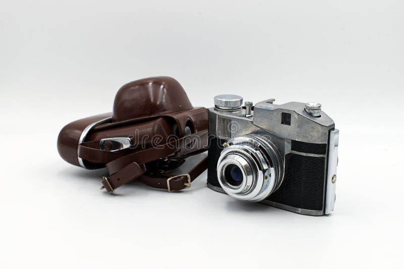 Câmera antiga com cobertura de couro, em fundo branco imagens de stock royalty free