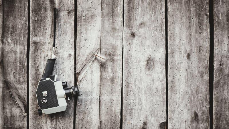 Câmera antiquado do filme que pendura na parede de madeira Conceito - filme do 1970s-1980s imagens de stock