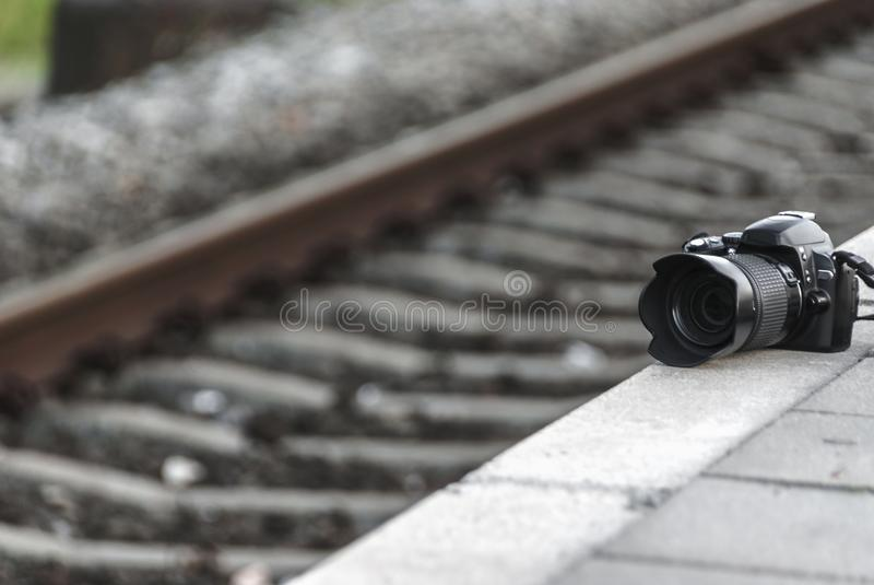 Câmera da foto perto de uma estrada de ferro imagem de stock