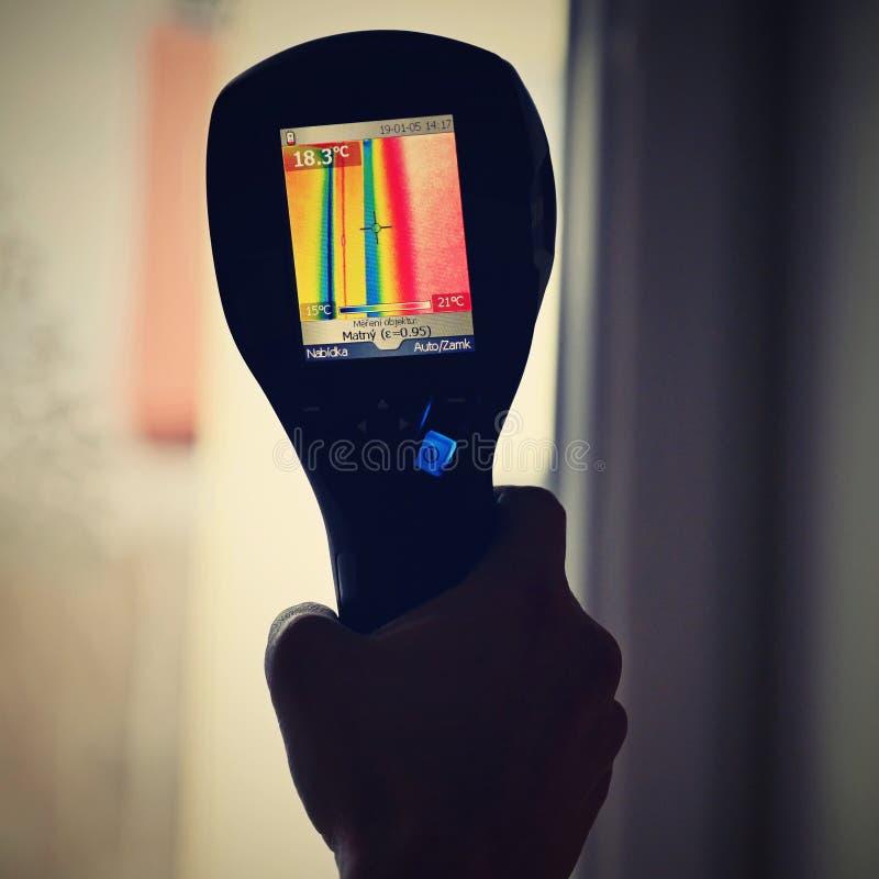 Câmera da imagiologia térmica da mão para verificar a temperatura imagem de stock