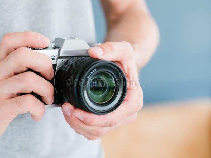Câmera da posse do homem da tecnologia do equipamento da fotografia imagens de stock royalty free
