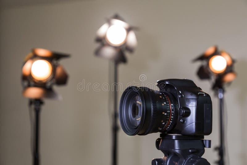 Câmera de Digitas SLR e três projetores com lentes de Fresnel Lente permutável manual para filmar fotos de stock royalty free
