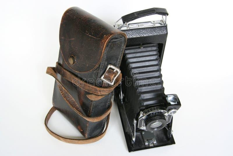 Câmera de dobradura velha com inclinação de couro do caso imagens de stock