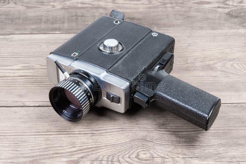 Câmera de filme elétrica amadora do vintage em uma superfície de madeira velha fotografia de stock royalty free