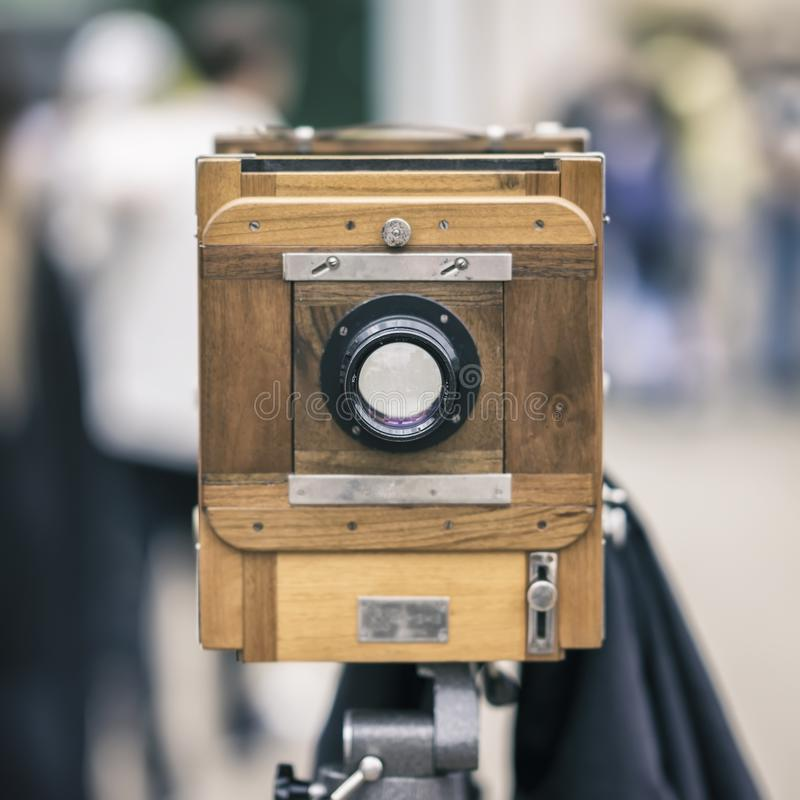 Câmera de madeira da foto do vintage em um tripé Processado com estilo retro Foto, conceito do cinema e outras antiguidade para imagem de stock royalty free