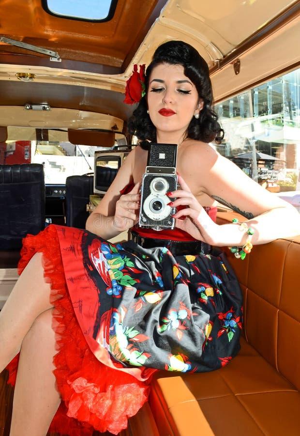 Câmera de Pin Up Girl With Classic fotografia de stock