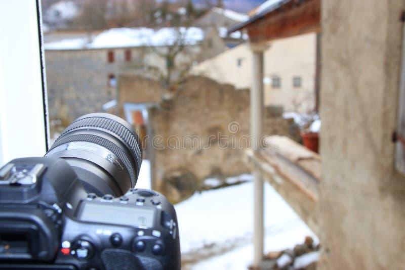 Câmera de SLR em um tripé que toma imagens da vila francesa imagens de stock