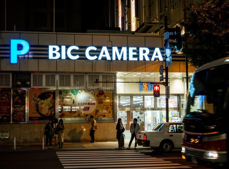 Câmera do Bic uma corrente do varejista dos produtos eletrónicos de consumo na noite perto da estação de Sapporo do JÚNIOR foto de stock