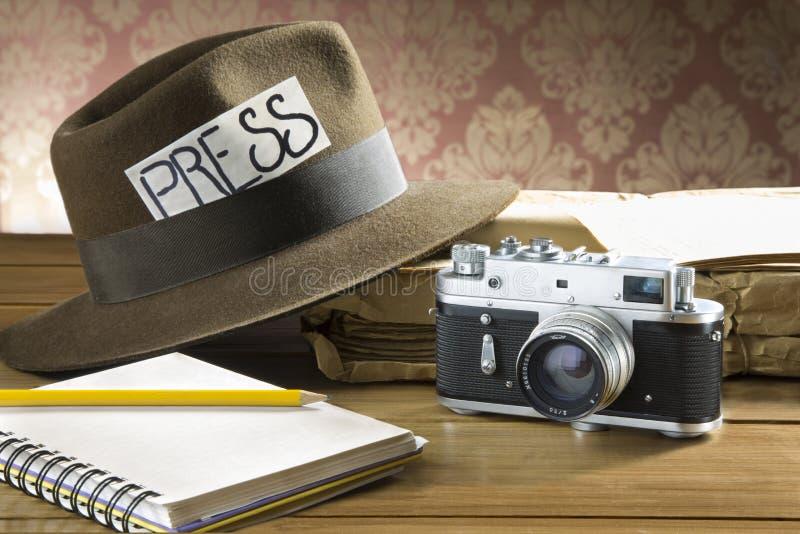 Câmera do chapéu do fedora do repórter do vintage fotografia de stock