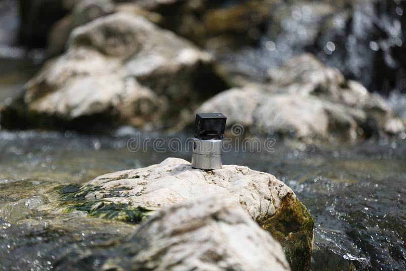 Câmera do esporte que filma o rio imagem de stock