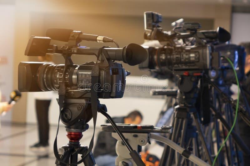 Câmera do estúdio da televisão de transmissão e câmera do guindaste na sala do estúdio da notícia fotografia de stock royalty free