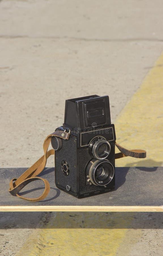câmera do vintage em um skate imagens de stock