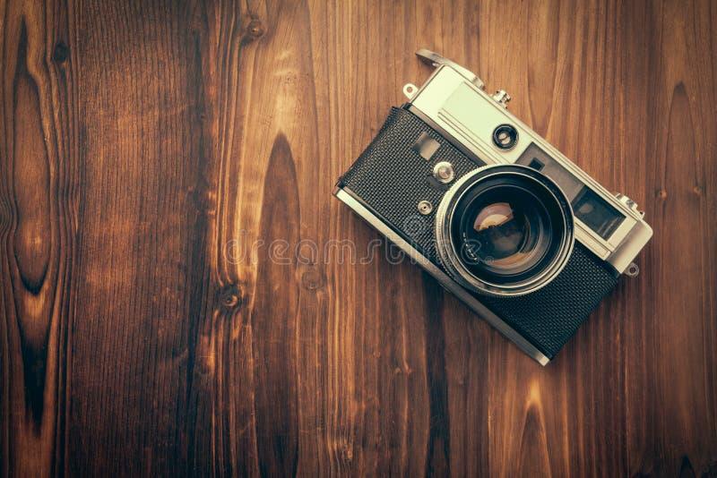 Câmera do vintage no fundo de madeira fotografia de stock royalty free