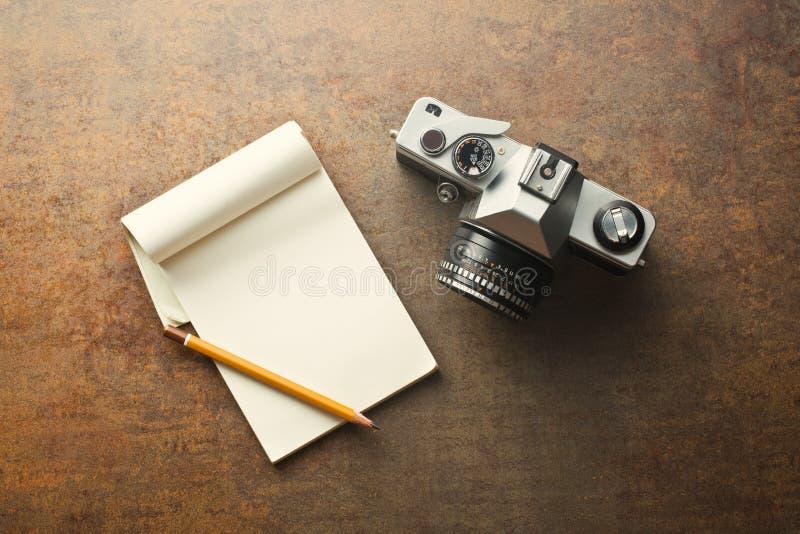 Câmera e bloco de notas análogos velhos imagens de stock royalty free