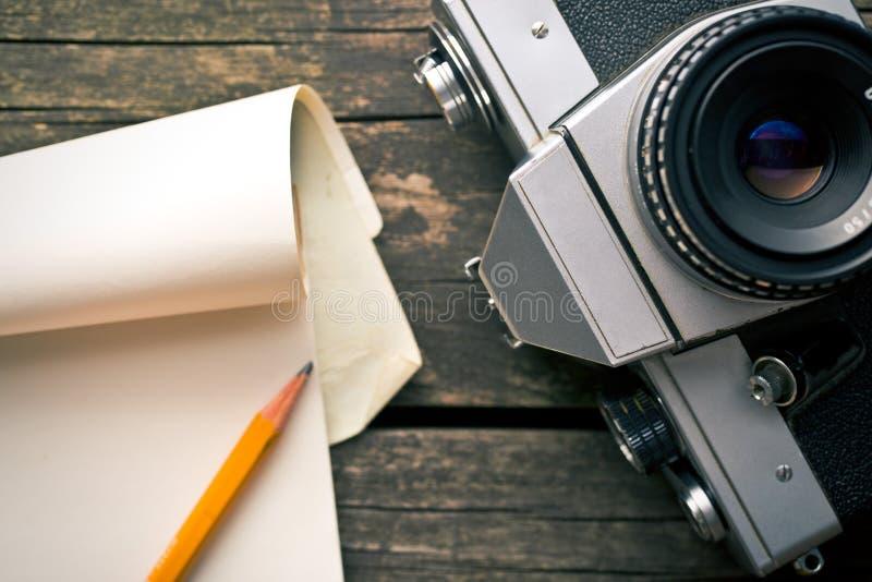 Câmera e bloco de notas análogos velhos fotografia de stock royalty free