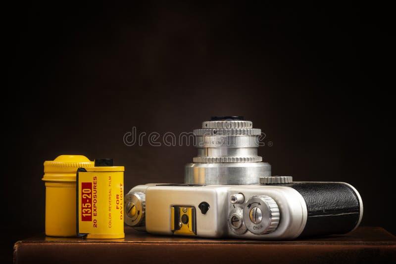 Câmera e filme do vintage 35mm em Brown com espaço da cópia foto de stock