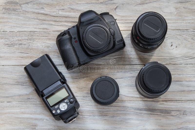 Câmera e objetiva em um fundo de madeira, vista superior fotos de stock royalty free