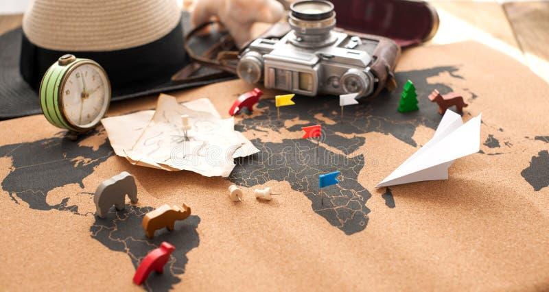 A câmera e a rota velhas planeiam no mapa, foto do vintage Curso e feriados Copie o espaço imagem de stock