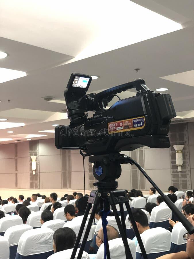 A câmera está disparando no local de encontro imagens de stock royalty free